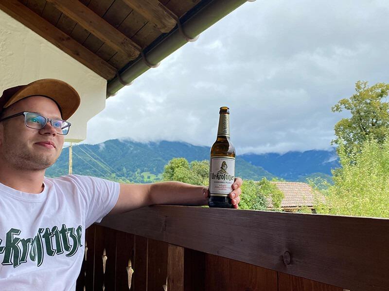 Balkon. In der Natur mit einem schmackhaften Getränk. – Daniel